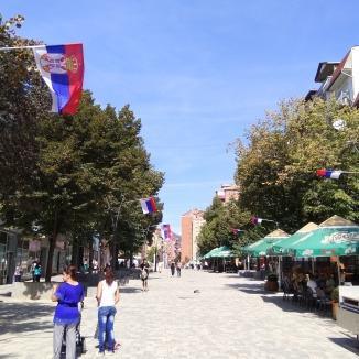 Die von serbischen Flaggen gesäumte Fußgängerzone in Nord-Mitrovica.