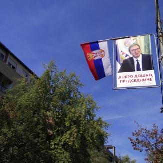 Von Plakaten in der Fußgängerzone in Nord-Mitrovica wird der serbische Präsident Vučić begrüßt.